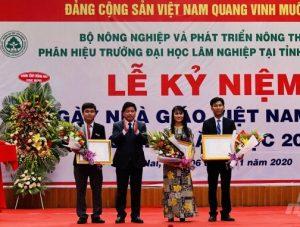 Trao Bằng khen của Bộ trưởng Bộ NN&PTNT cho các thầy cô giáo của Nhà trường có thành tích xuất sắc trong năm qua