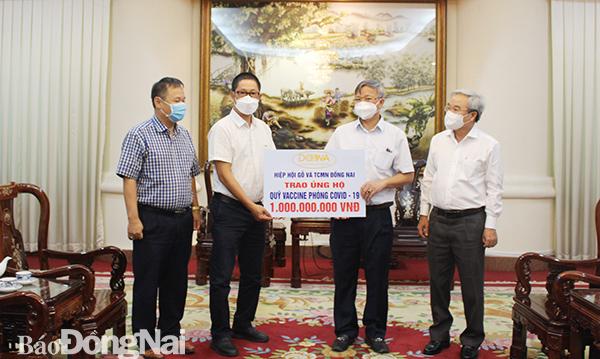 Chủ tịch UBND tỉnh và Chủ tịch Ủy ban MTTQ Việt Nam tỉnh tiếp nhận quỹ vaccine phòng, chống dịch covid-19